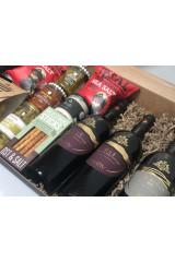 Firmajulegave med tre flasker god vin og lækre specialiteter